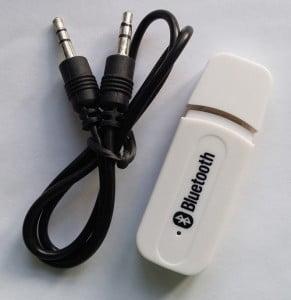 Bluetooth-enhed og et lille kabel. Købt for kr. 20 på Ebay.